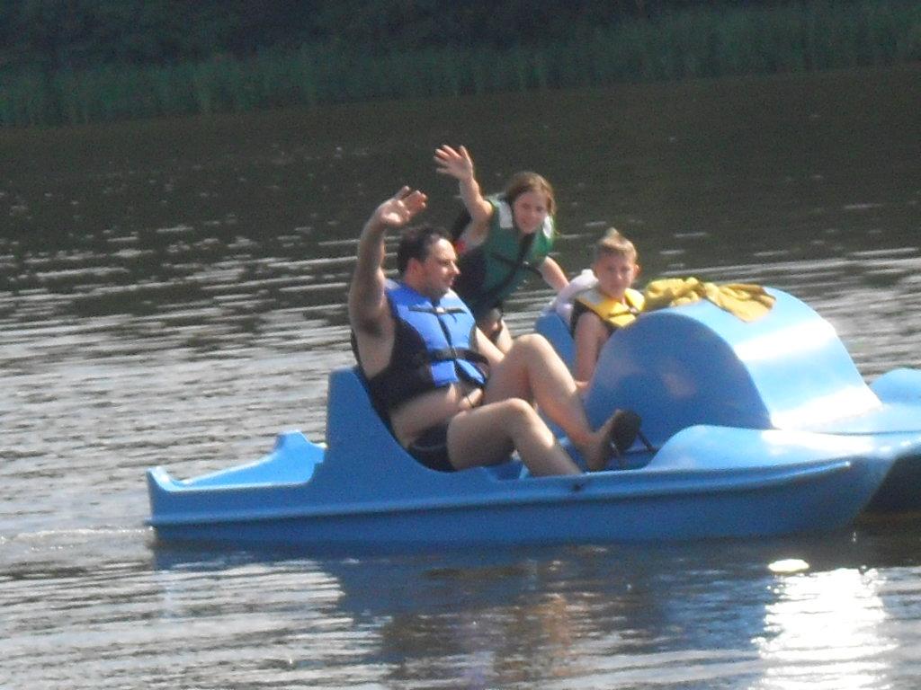 Zbyszek Celebucki z młodzieżą na rowerach wodnych